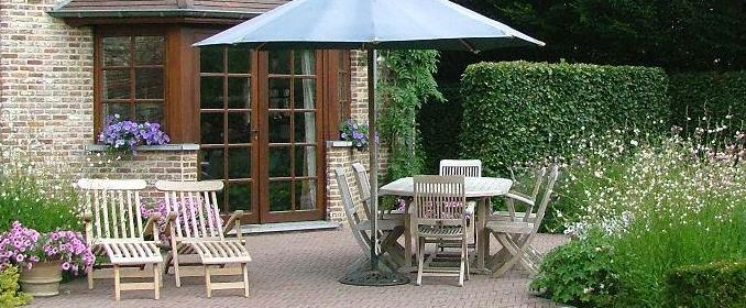 Un jardin avec terrasse