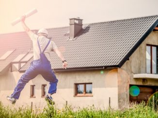Ouvrier devant maison