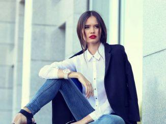 Femme qui porte un jeans bleu