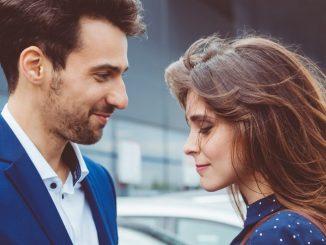 Un couple qui se regarde