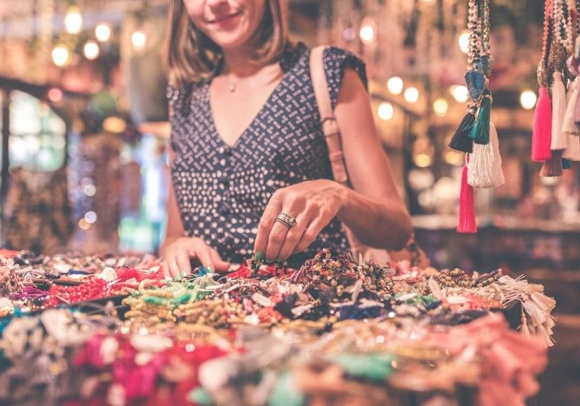 Femme devant un stand de colliers