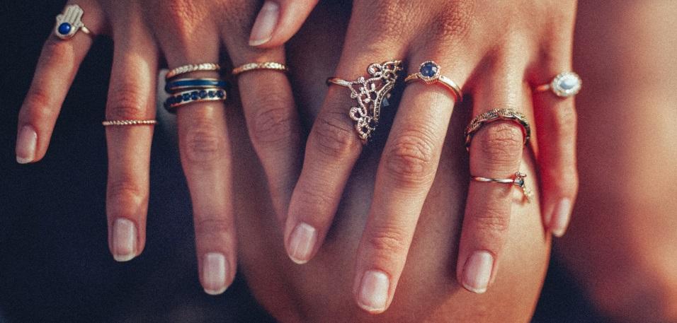 Mains avec des bagues