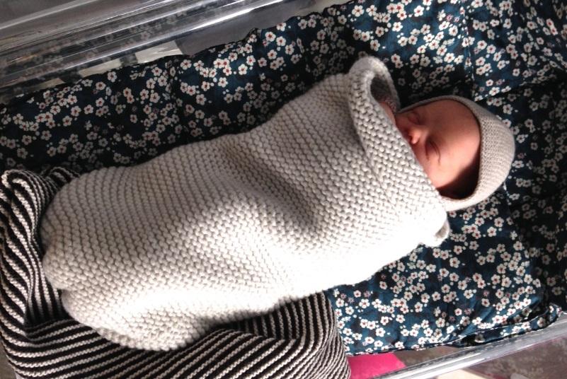 Un bébé dans une chaussette d'emmaillotage