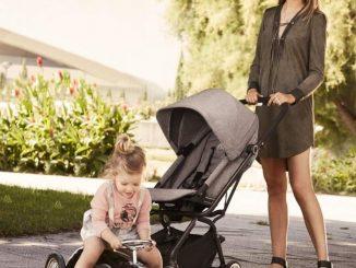 Femme avec une poussette et sa fille