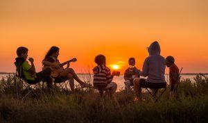 Une famille qui admire un coucher de soleil