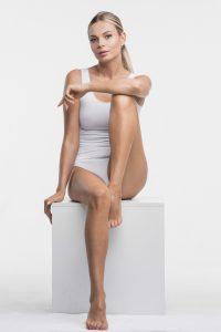 Femme en body blanc
