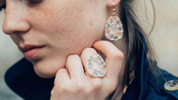 Femme avec bijoux