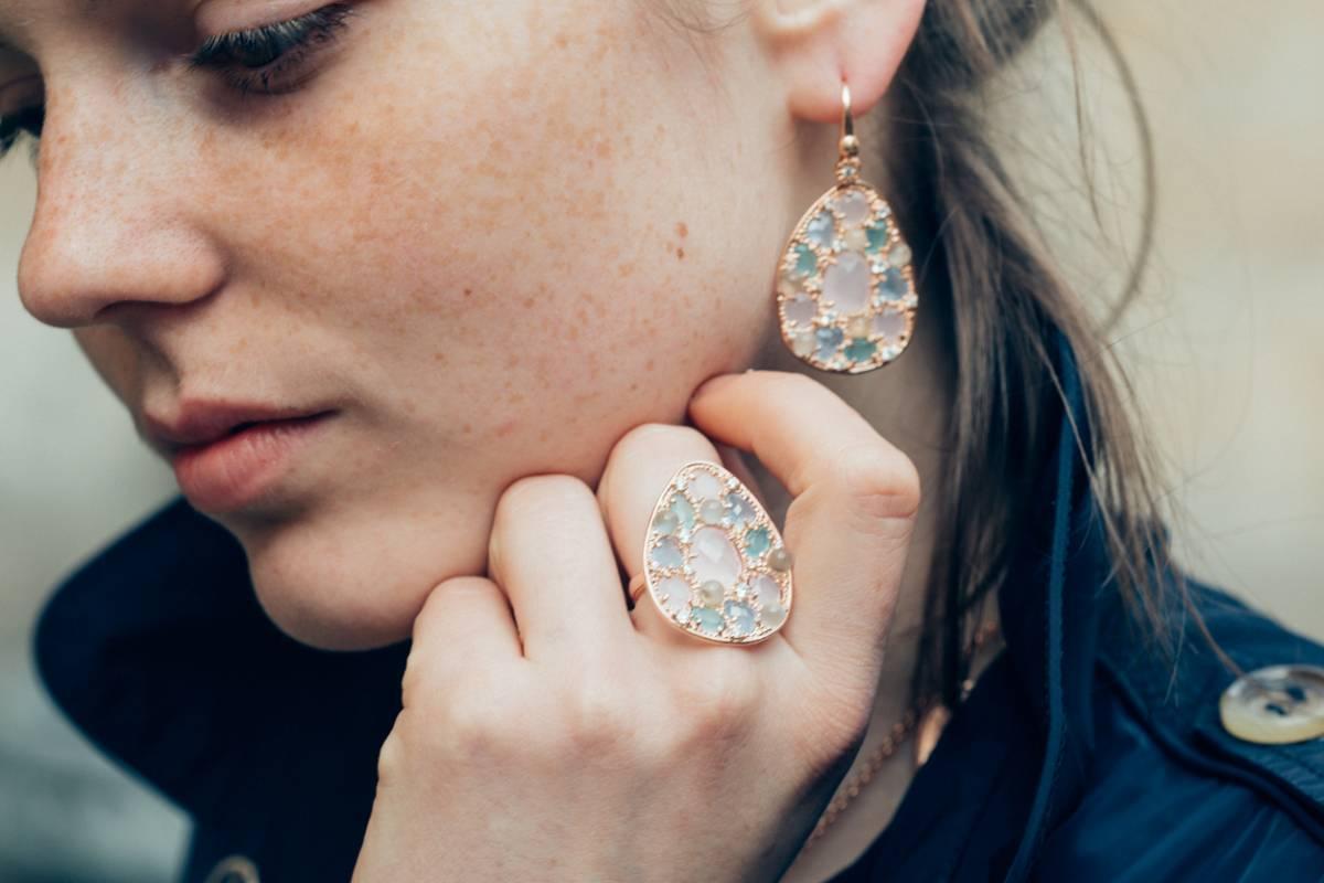 Femme avec boucle d'oreille