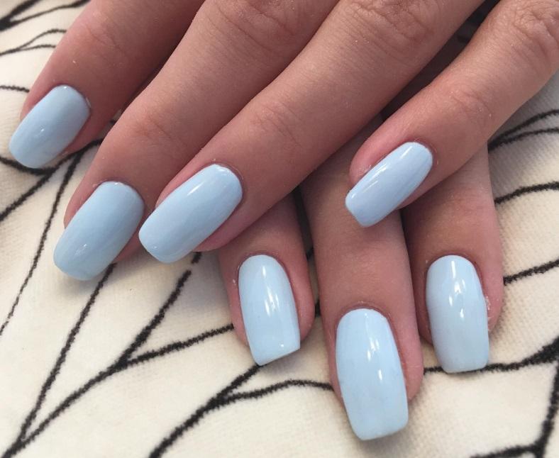Mains vernis semi permanent bleu pastel