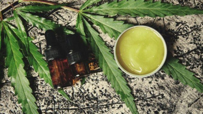 Pot de crèmes et huiles sur feuilles