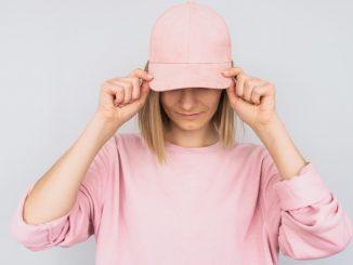 Femme avec une casquette rose
