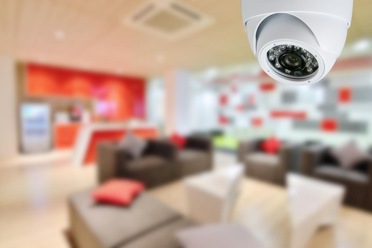 une caméra de surveillance intérieure