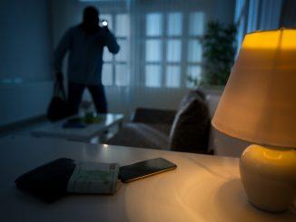 Un cambrioleur de nuit dans une maison