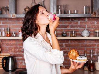 Femme mange des gateaux