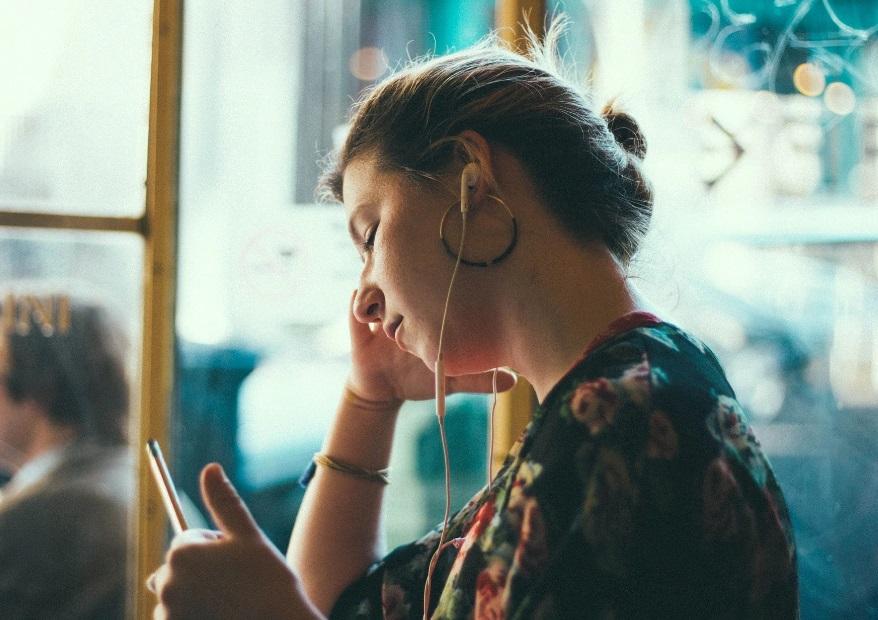 Femme sur son smartphone