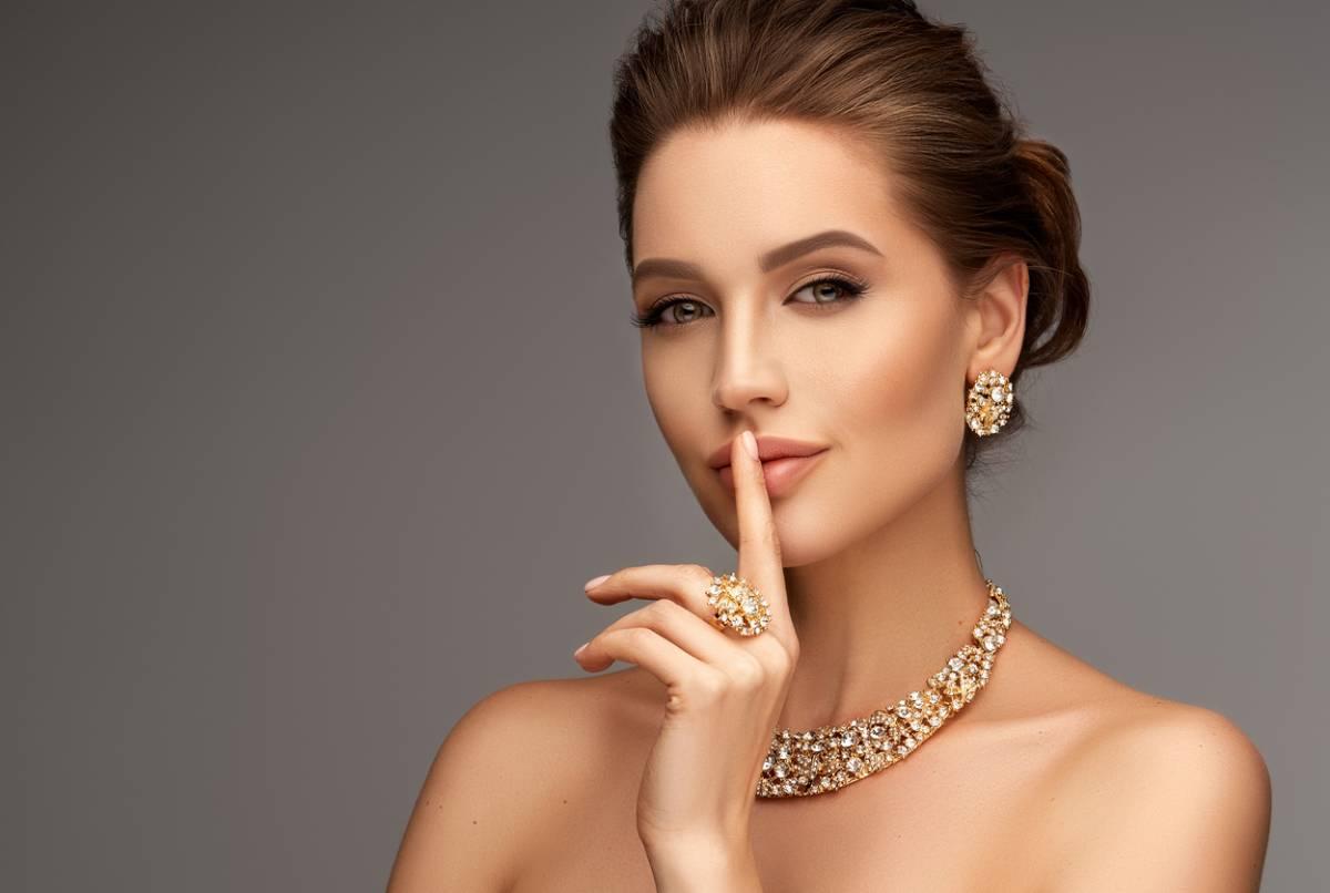 Femme avec des bijoux