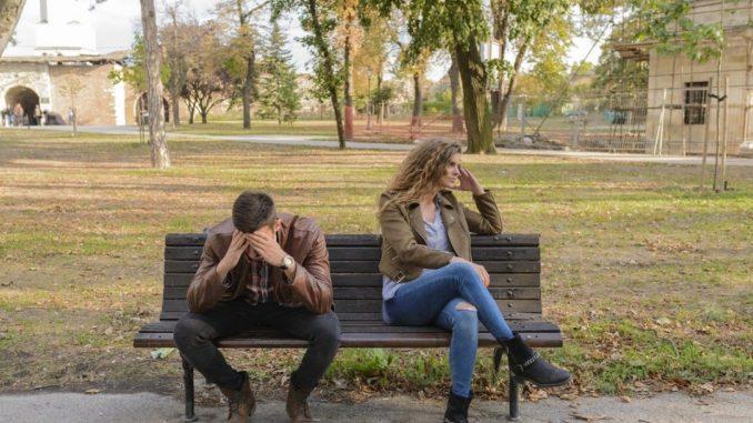 Homme et femme sur un banc