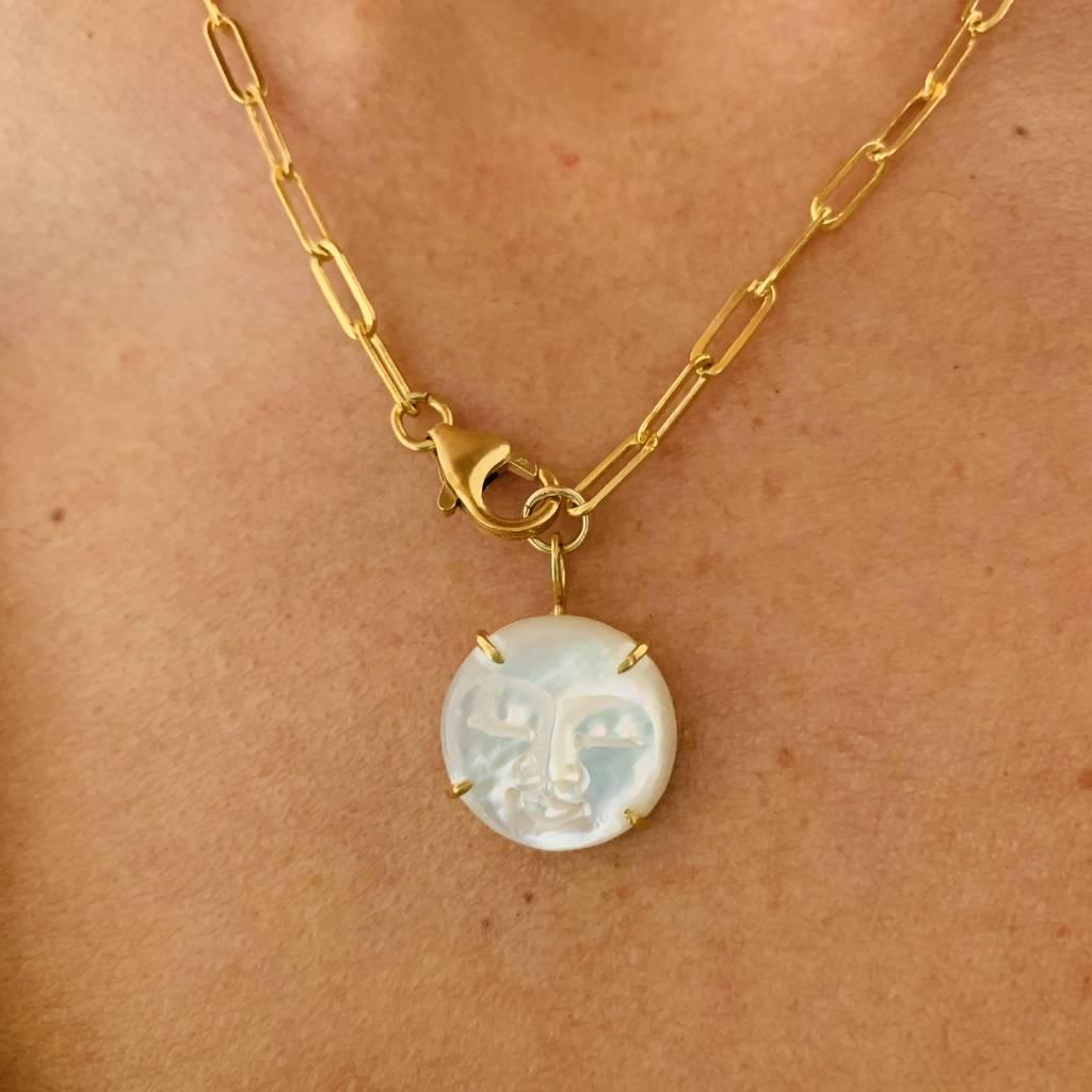Un collier avec un diamant rond et une chaine dorée