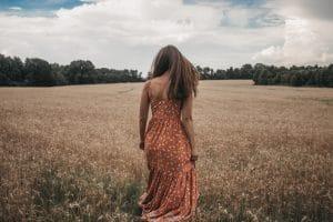 porter des talons avec une robe longue